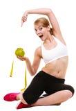 Den lyckliga kvinnan rymmer grapefrukten och mätningsbandet Fotografering för Bildbyråer
