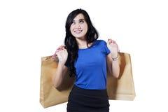 Den lyckliga kvinnan rymmer shoppingpåsar Arkivbilder