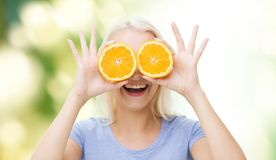 Den lyckliga kvinnan som har rolig beläggning, synar med apelsinen Royaltyfri Foto
