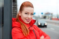 Den lyckliga kvinnan som ler med tänder, ler utomhus fotografering för bildbyråer