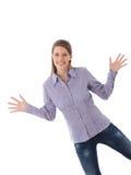 Den lyckliga kvinnan som poserar med breda armar, öppnar arkivbild