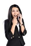 Den lyckliga kvinnan talar på telefonen fotografering för bildbyråer