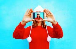 Den lyckliga kvinnan tar en bild självståenden på smartphonen Royaltyfria Foton
