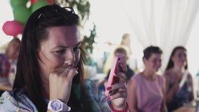 Den lyckliga kvinnan tar fotoet av etappen i restaurang Berömhändelse folk stock video