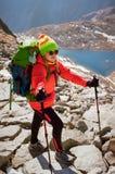 Den lyckliga kvinnliga fotvandraren på bergöverkant tycker om den Popradske plesoen Arkivfoton