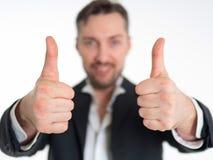 Den lyckliga le affärsmannen med tummar gör en gest upp, isolerat på vit bakgrund Royaltyfria Bilder