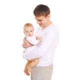 Den lyckliga le fadern med behandla som ett barn på vit bakgrund Fotografering för Bildbyråer