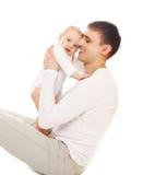 Den lyckliga le fadern och behandla som ett barn på vit bakgrund Royaltyfria Bilder