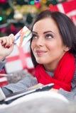 Den lyckliga le kvinnan som använder kreditkorten till internet, shoppar Arkivbilder