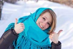 Ung kvinna som tycker om vinter Arkivfoton