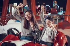 Den lyckliga le modern och sonen i munterhet centrerar fotografering för bildbyråer