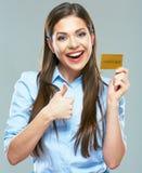 Den lyckliga le showen för kreditkorten för affärskvinnan hållande tummar upp Royaltyfri Bild