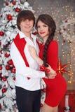 Den lyckliga le tonåriga flickan med den långa flätad tråden band den röda pilbågen och den röda kanten arkivbilder