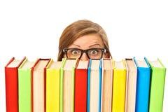 Den lyckliga le unga deltagarekvinnan med bokar, isolerat royaltyfria bilder