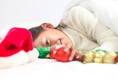 Den lyckliga lilla flickan firar hemmastadd julferie, nytt år Arkivfoton