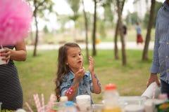 Den lyckliga lilla flickan firar hennes födelsedag arkivbild