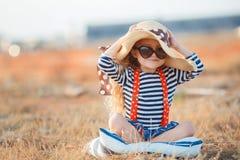 Den lyckliga lilla flickan i en stor hatt Royaltyfria Foton