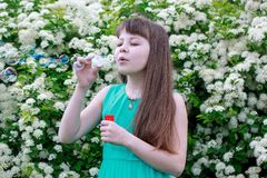 Den lyckliga lilla flickan spelar med såpbubblor Fotografering för Bildbyråer