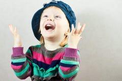 Den lyckliga lilla flickan stiger upp henne händer Royaltyfri Fotografi
