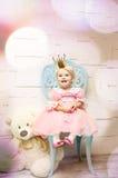 Den lyckliga lilla prinsessan i rosa färger klär och krönar Royaltyfri Foto