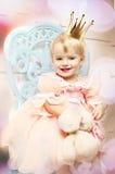 Den lyckliga lilla prinsessan i rosa färger klär och krönar Royaltyfria Foton