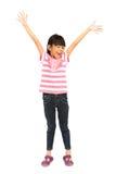 Den lyckliga liten flicka med henne armar öppnar wide Fotografering för Bildbyråer