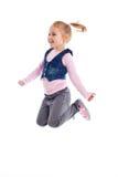 Den lyckliga liten flickabanhoppningen luftar in Royaltyfri Foto