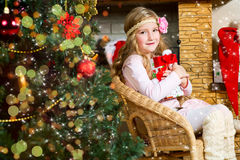 Den lyckliga litet barnflickan firar jul och nytt år Royaltyfria Foton