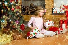 Den lyckliga litet barnflickan firar jul och nytt år Arkivfoton