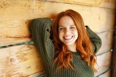 Den lyckliga livliga unga kvinnan med ett uppnosigt grinar arkivbild