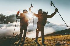 Den lyckliga den loppparmannen och kvinnan på bergtoppmöte älskar och äventyrar royaltyfri bild