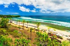 Den lyckliga loppturisten tycker om semester på den tropiska stranden Balangan fotografering för bildbyråer