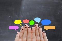Den lyckliga människan fingrar föreslå återkopplings- och kommunikationsbegrepp Royaltyfri Bild