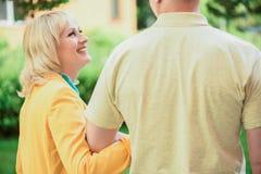 Den lyckliga maken och frun som den har, går utomhus Arkivbild