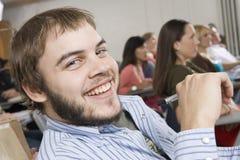 Den lyckliga Male deltagaren som deltar i, föreläser royaltyfria foton