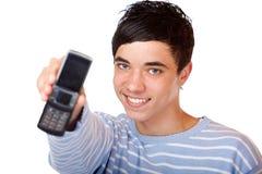 den lyckliga male mobila telefonen visar tonåringbarn Arkivfoton