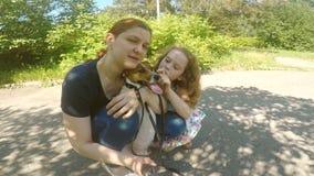 Den lyckliga mamman, dottern och hunden gör selfie lager videofilmer