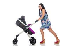 Den lyckliga mamman med henne behandla som ett barn i pram Arkivfoton