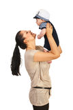 Den lyckliga mamman som spelar med henne, behandla som ett barn Arkivfoton