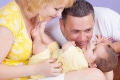 Den lyckliga mammapappan och behandla som ett barn arkivbild
