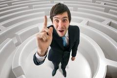 Den lyckliga mannen har en idé hur man finner vägen i labyrint 3D framförde illustrationen av labyrint Royaltyfri Bild