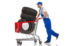 Den lyckliga mannen köpte gummihjulen för bilen Royaltyfri Fotografi