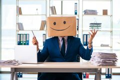 Den lyckliga mannen med asken i stället för hans huvud fotografering för bildbyråer