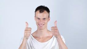 Den lyckliga mannen med att stråla leendevisning tummar upp Royaltyfri Fotografi