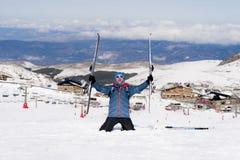 Den lyckliga mannen som är lycklig i snöberg på Sierra Nevada, skidar semesterorten i Spanien arkivbild