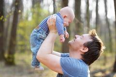 Den lyckliga mannen som rymmer hans litet, behandla som ett barn Arkivfoto