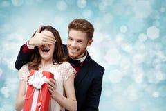 Den lyckliga mannen täcker ögon av hans flickvän arkivfoton