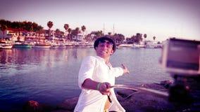 Den lyckliga mannen tar en selfiebild av honom framme av fjärden i det medelhavs- stock video