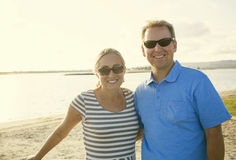 Den lyckliga mitt åldrades par som tillsammans tycker om en afton Royaltyfri Fotografi