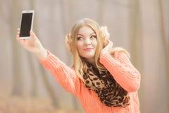 Den lyckliga modekvinnan parkerar in att ta selfiefotoet Arkivbilder